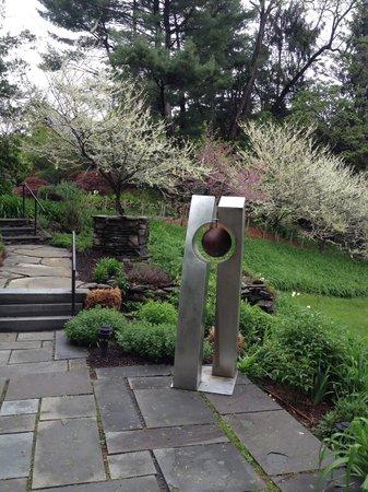 Buttermilk Falls Inn & Spa : Sculpture on the grounds