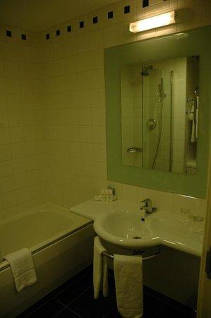 Radisson Blu Hotel, Dublin Airport: Bathroom in a Business Room