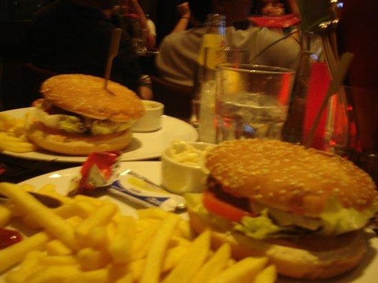 Mövenpick Hotel Frankfurt am Main City: grandes hamburguesas en el bar del hotel