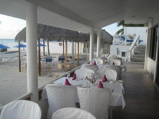 Scuba Club Cozumel: Outdoor dining area.