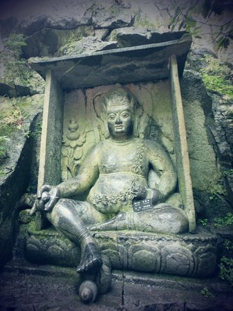 Lingyin Temple: Historical stone sculptures are found everywhere