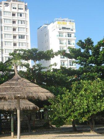 Ruby Hotel Nha Trang : Вид на отель с пляжа