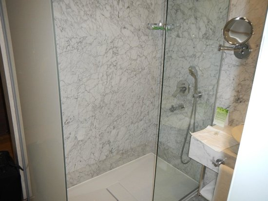Boutique Saint Sophia Hotel: Shower leaked to room as 1/2 shower door and no water barrier