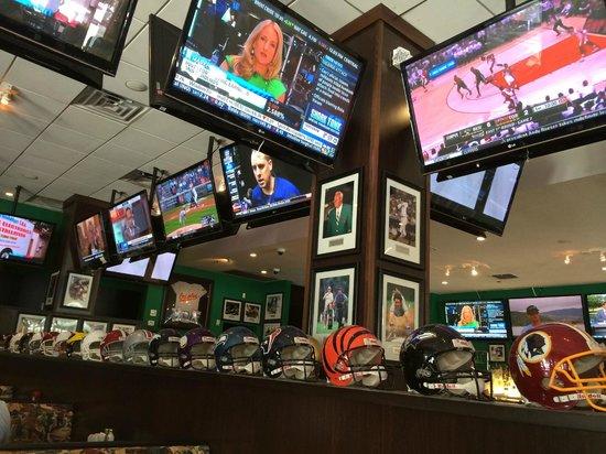 Duffy's Sports Grill: Grande número de TVs!