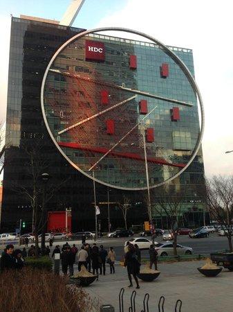 Park Hyatt Seoul: Prédio comercial em redor do Hotel