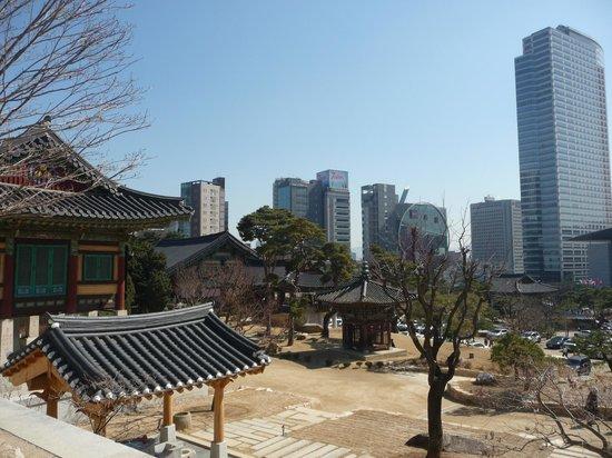 Park Hyatt Seoul: Templo próximo ao Hotel