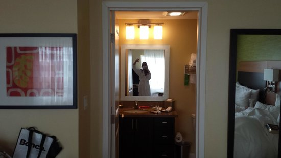 TownePlace Suites Mississauga-Airport Corporate Centre : theres me in the comfy bath robe!