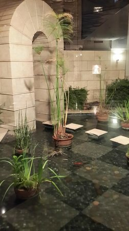 Abasto Hotel: patio interno con cascada de agua y plantas