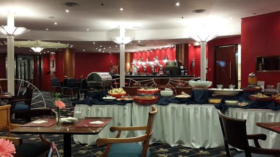 Abasto Hotel: comedor, vista de la isla de comida