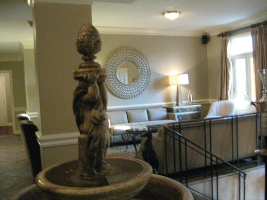 Old Capitol Inn: Front lobby area and fountain