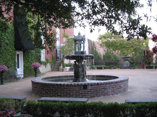 Old Capitol Inn: Garden fountain