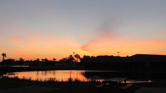 Cajun Palms RV Resort: beautiful sunset!!