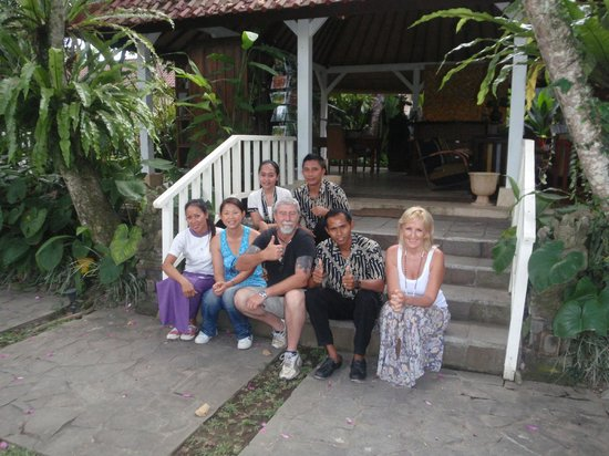 Ubud Garden Villa: Us with Julie (manager) and the staff