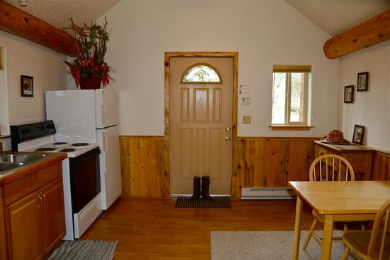 Daven Haven Lodge & Cabins: Kitchen/Dining Area