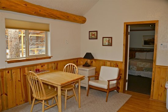 Daven Haven Lodge & Cabins: Dining/Sitting Area