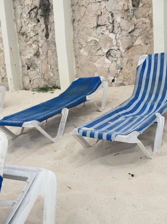 Oleo Cancun Playa: Nasty old dirty beach chairs Bellevue has. When you look at the other hotels beach chairs all yo