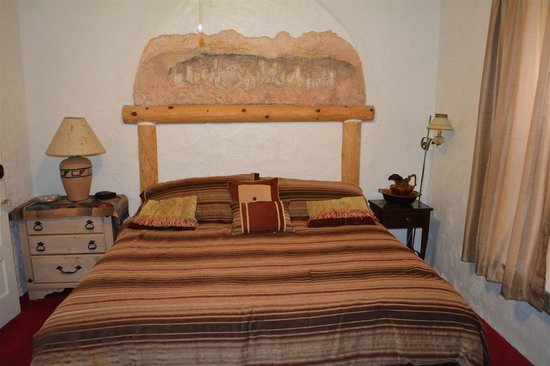 Bisbee Grand Hotel: Hacienda Suite Bed