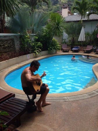 Palmview Resort Patong Beach : Aussie Mal strumming one out at the pool