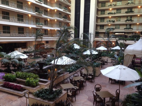 Embassy Suites by Hilton Brea - North Orange County: Courtyard where breakfast is served