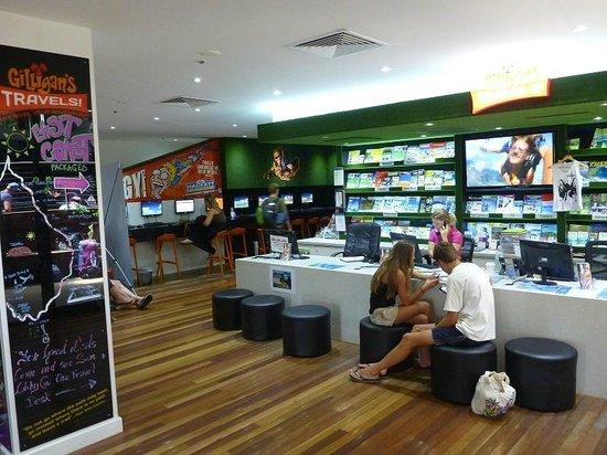 Gilligans Backpackers Hotel & Resort : Tour desk and Internet
