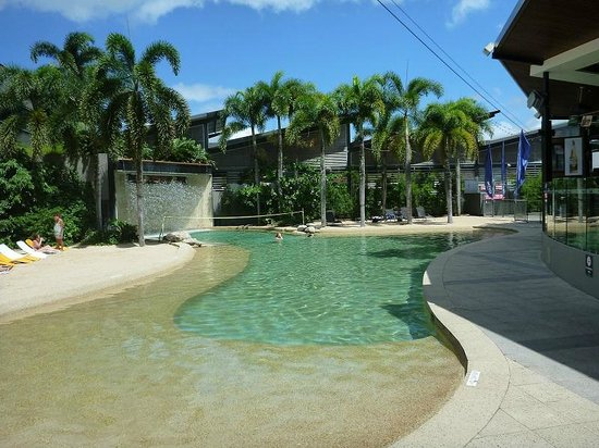 Gilligans Backpackers Hotel & Resort : The pool. Waterfall, Volleyball and little beach