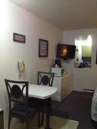 Creston Valley Motel: dinette set and TV