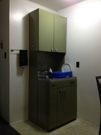 Creston Valley Motel : The quirky kitchen unit - cupboard/fridge/sink/stove