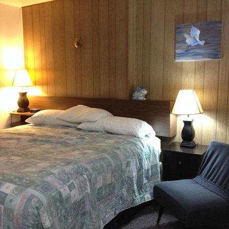 Creston Valley Motel: comfy king bed