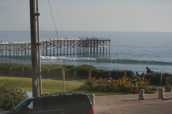 Pacific View Inn: Vue de la chambre sur les surfeurs et le Pier