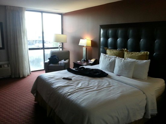 Crowne Plaza Sacramento: View of the bed and window