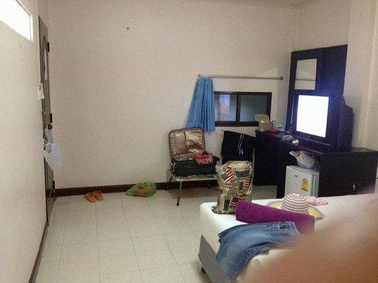 Baan Sabaidee Guest House: ดูโทรทัศน์ซะก่อน จะดูยังไง ให้นั่งที่พื้นปลายเตียง ดูหรือ