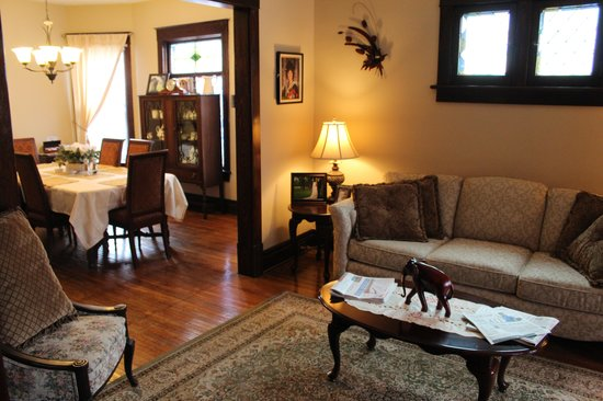 Ambiance by the Falls Bed and Breakfast: Sitting room and breakfast dining areas.