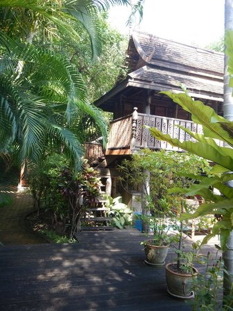 Baan Orapin Bed and Breakfast : Garden and Thai architecture
