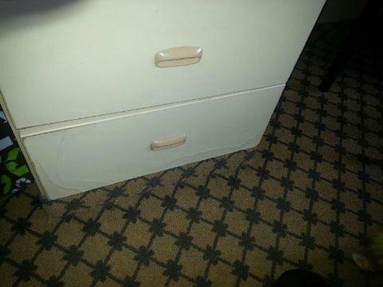 Desert Inn: Furniture bad condition