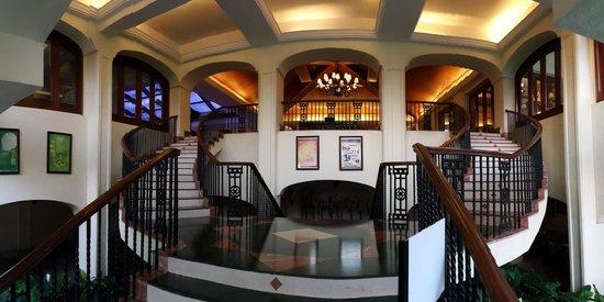 Taj Exotica Goa: Main staircase