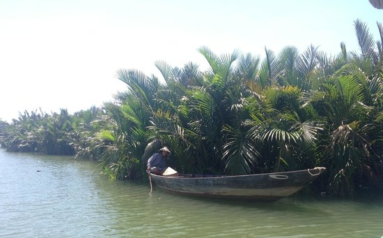 Thuan Tinh Island: Our narrow boat for the last five minutes to the island