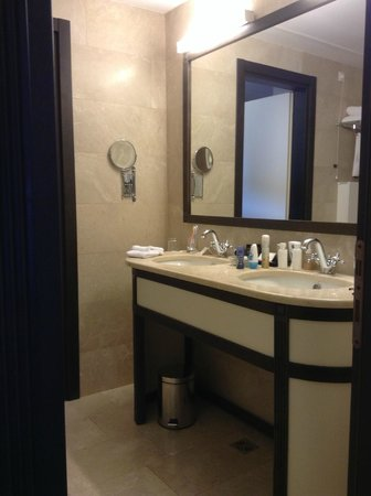 Epoque Hotel : well equipped bathrooms