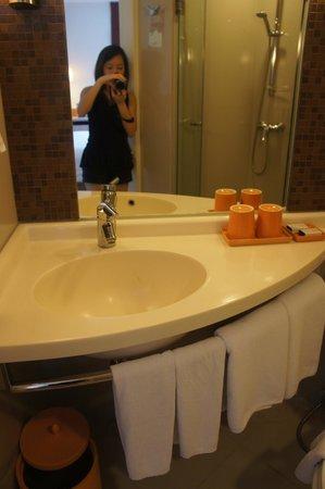 ibis Bangkok Siam Hotel : Bathroom sink