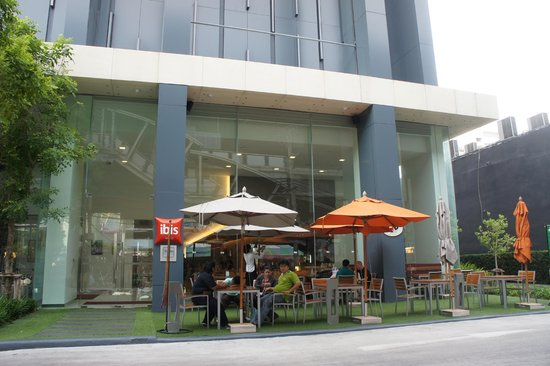 ibis Bangkok Siam Hotel: Main door and outdoor seating area
