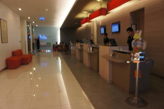 ibis Bangkok Siam Hotel: Front desk and lift