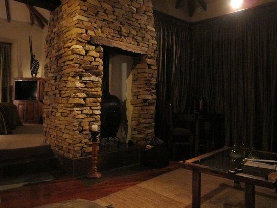 Tsala Treetop Lodge: Fireplace