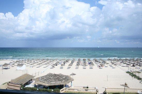 Royal Beach Hotel: Вид из номера на пляж.
