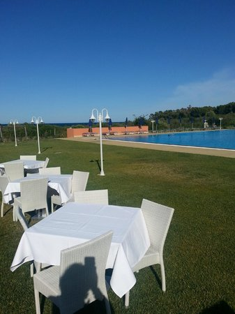 Hotel I Corbezzoli: veduta piscina con sfondo mare