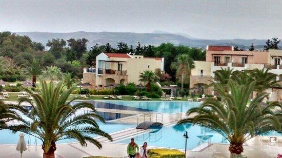 Pilot Beach Resort: Vista de la pileta detrás del lobby