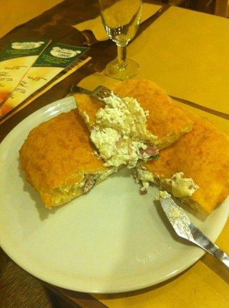 Pizzeria Vomero di Acunzo Patrizio: Ripieno fritto classico (doppio) ricotta, fior di latte, salame, prosciutto, pepe e basilico