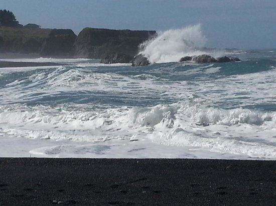 The Shelter Cove Oceanfront Inn: Black Sand Beach Waves/Rocks