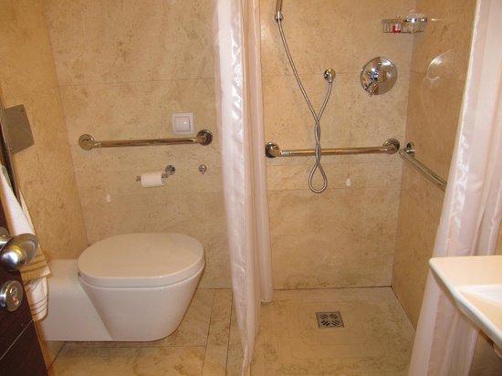 Hotel Palazzo Giovanelli : vue globale de la salle de bain