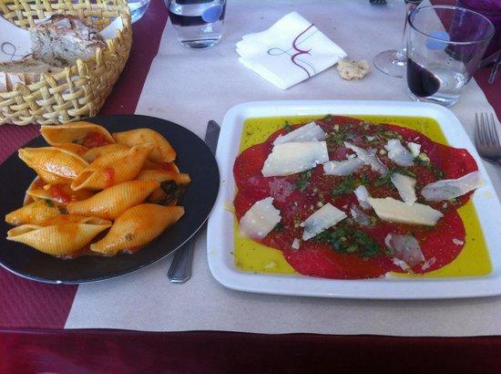 Trattoria Modigliani: Carpaccio et ses pâtes napolitaine, les pâtes délicieuses mais la viande trop d huile trop de fl