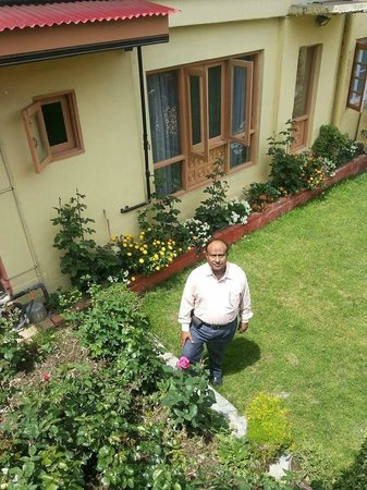 Hotel JH Bazaz (Happy Cottage): A view of the Flower laden Lawn from the Patio (Balcony) of Room No.102