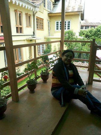 Hotel JH Bazaz (Happy Cottage): Wonderful to relax in the open Patio (Balcony) of Room No.102